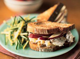 Sandwich crémeux aux noix et aux pommes
