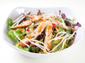 Salade César à la dinde grillée
