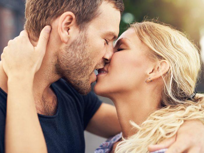 Secret n°1 pour le rendre fou de désir: embrassez-le chaque jour