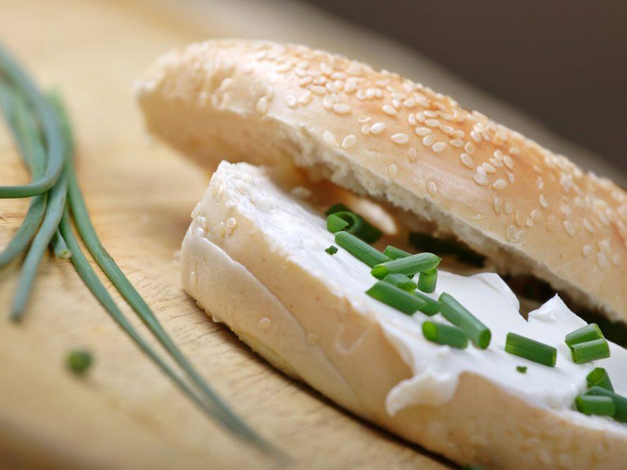 Collation à moins de 100 calories : bagel et ciboulette