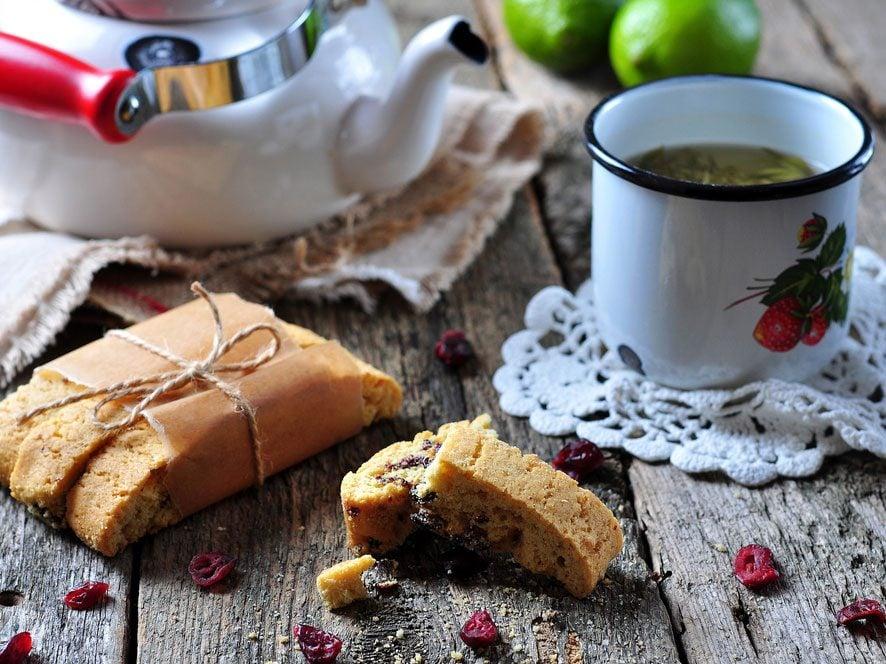 Collation de moins de 100 calories : biscotti et tasse de thé