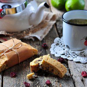 Collation à moins de 100 calories : biscotti et thé vert