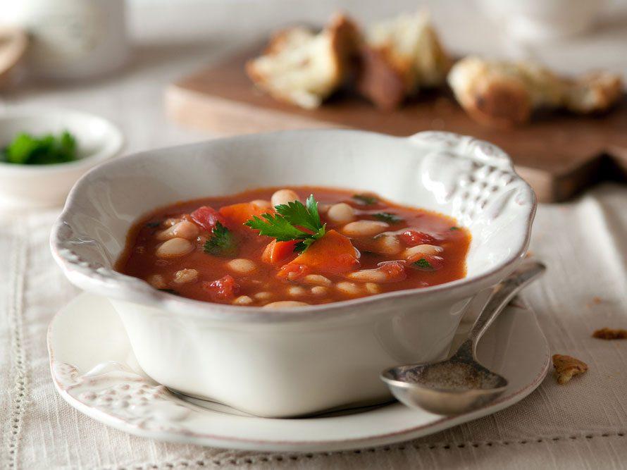 Collation à moins de 100 calories : fèves et tomates.