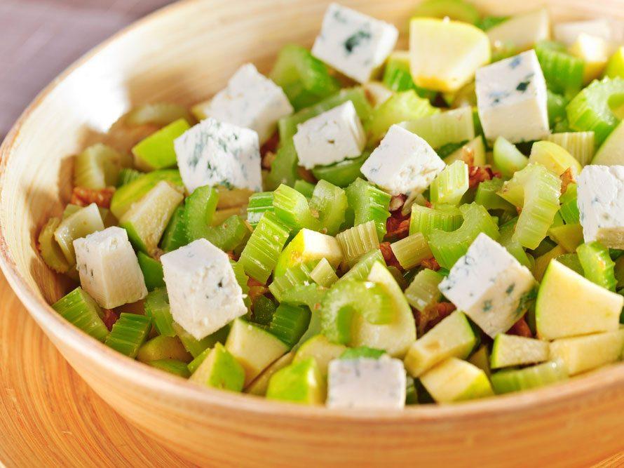 Collation à moins de 100 calories : légumes verts et fromage bleu