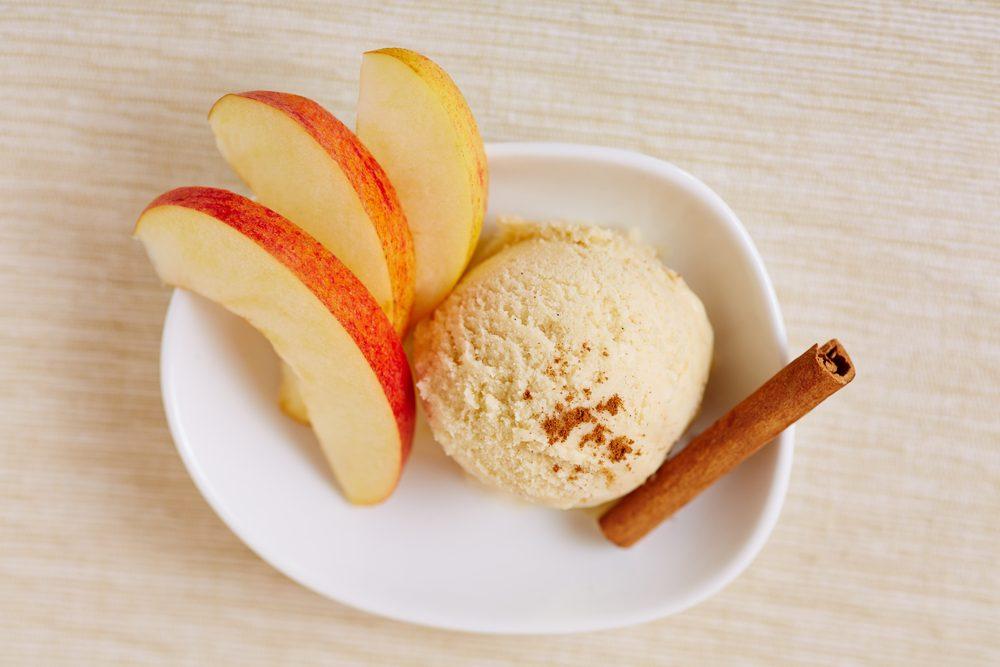Collation à moins de 100 calories : pomme et crème glacée vanille