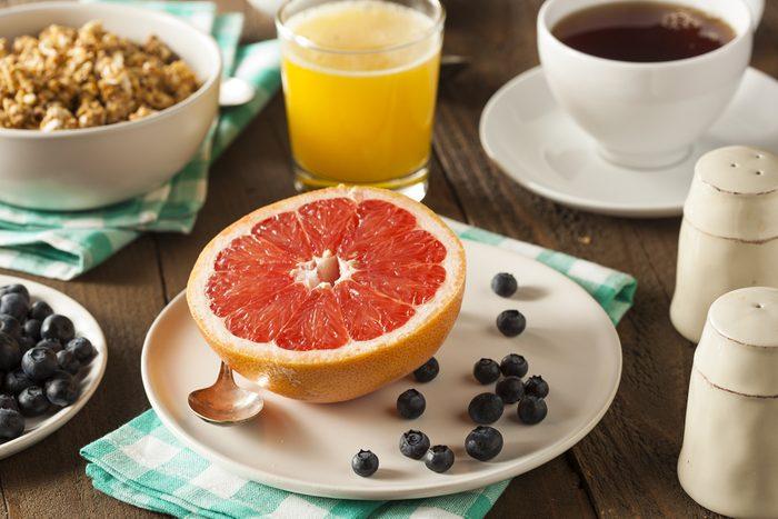 Intégrez des fruits dans votre déjeuner pour plus de fibre dans votre assiette.