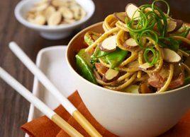 Bol de nouilles asiatiques à la sauce aux amandes épicées