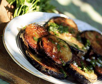 Tranches d'aubergine à la salade caprese
