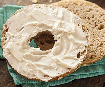 Un bagel avec beurre ou fromage à la crème
