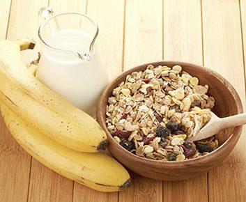 Écraser des céréales froides dans un sac et ajouter une banane pelée