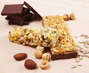Barres granola aux dattes, chocolat et amandes