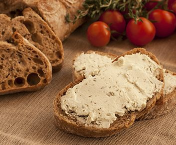 Bagels ou pain de blé entier grillé, avec...
