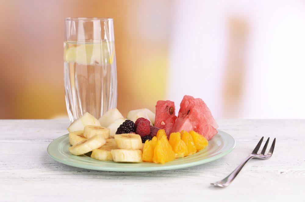 Après le petit-déjeuner, buvez d'abord et avant tout de l'eau