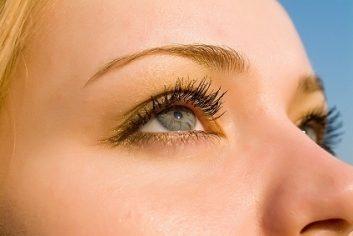1. Brossez vos sourcils
