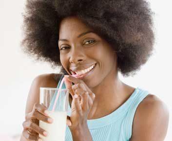 Est-ce que l'usage d'une paille protège vos dents contre les taches et les caries?