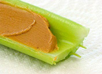 Choisissez une collation qui contient des protéines, comme une tige de céleri au beurre d'arachide.