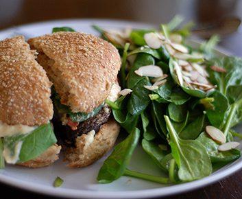 Burgers bœuf et champignons, sauce yogourt et cari