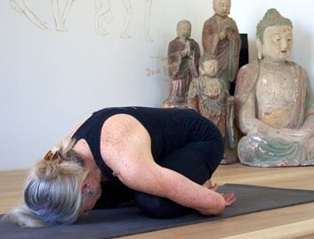 6 postures de yoga anti-âge