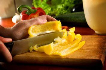1. Quelle surface utilisez-vous pour couper les aliments et la viande lors de la préparation des repas?
