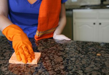 5. Comment nettoyez-vous les comptoirs après avoir manipulé des aliments?