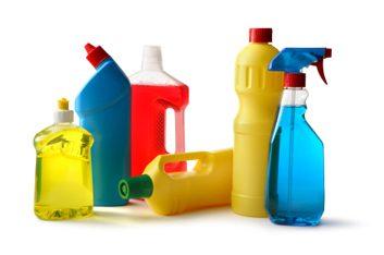 Gardez à distance des produits de nettoyage domestiques