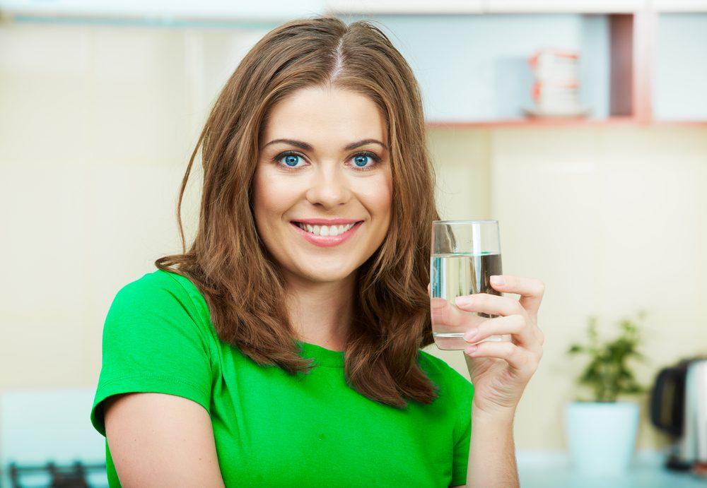 Partie pour la cuisine? Versez-vous un verre d'eau pour perdre du poids rapidement