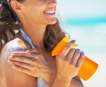 INQUIÉTUDE:  «Pourquoi certains prétendent-ils que la crème solaire absorbée par la peau pourrait être pire que le soleil?
