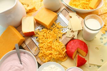 1. Excellents pour la santé de la bouche : Des produits laitiers comme le lait, le fromage et le yogourt.