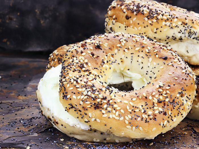 Le bagel à la crème ou au fromage, l'un des pires aliments pour un déjeuner santé.