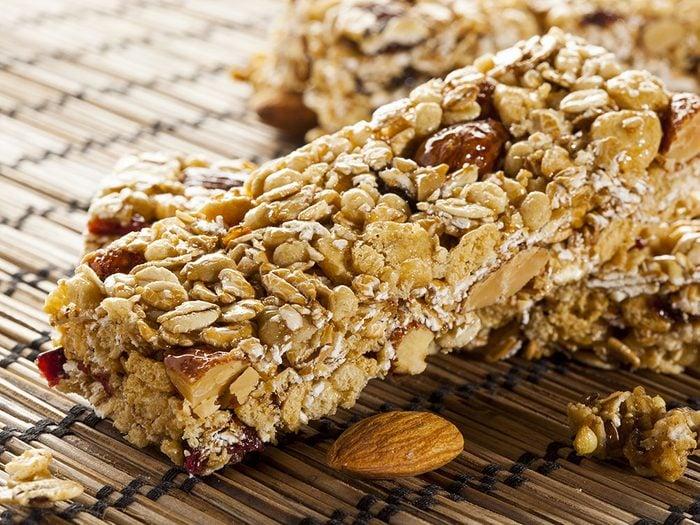 Les barres granola du commerce, l'un des pires aliments pour un petit-déjeuner sain.
