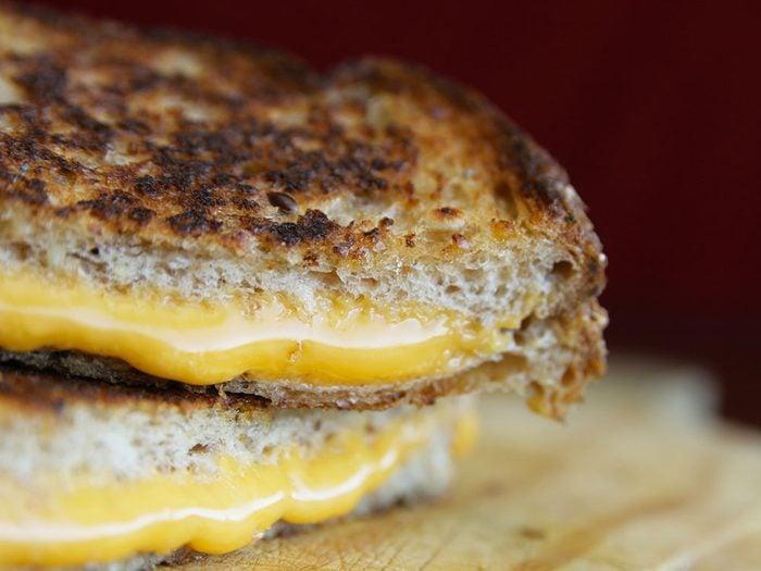 La tartinade au fromage: un aliment à éviter dans le cadre d'un déjeuner sain.