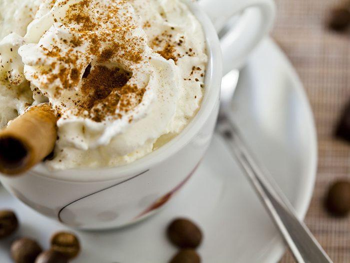 Évitez le café sucré accompagné de crème fouettée pour un déjeuner équilibré.