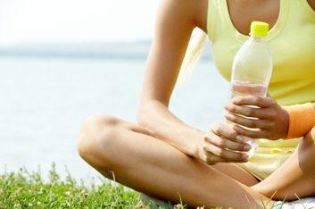 4. Hydratez-vous, et buvez moins de caféine et d'alcool