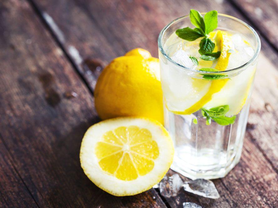 Détox : buvez de l'eau citronnée.
