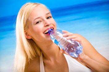 Boire beaucoup d'eau peut éliminer le ballonnement avant les règles