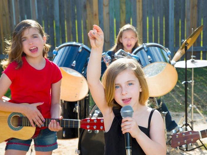 Les cours de musique font des enfants plus serviables.
