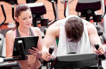 Un entraîneur personnel peut vous donner des exercices à faire à la maison.