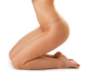 L'épilation brésilienne consiste à ôter tous les poils pubiens, des lèvres jusqu'au postérieur.