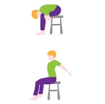 Poupée de chiffon et bras tendus vers l'arrière