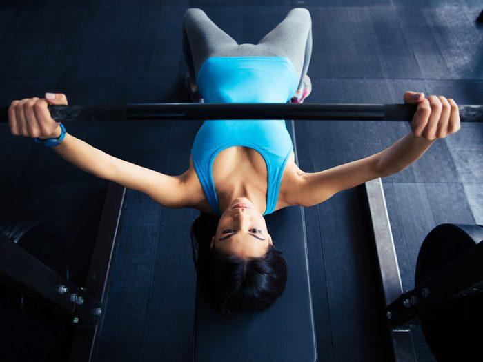 Utiliser un banc de musculation permet de faire des exercices pour les bras.