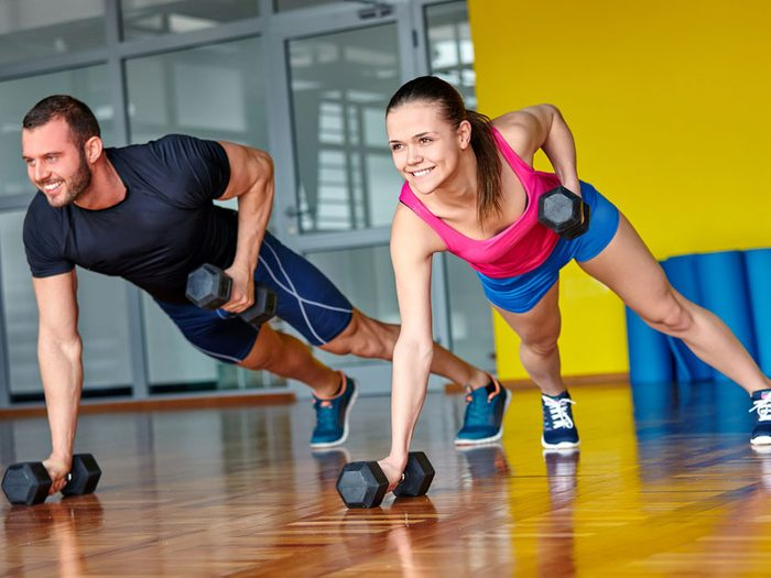 L'exercice du rameur horizontal avec des haltères est bon pour les bras.