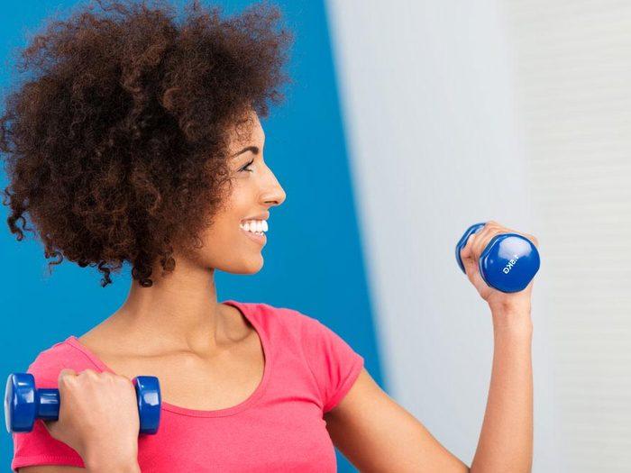 Exercices pour les bras à pratiquer avec des haltères