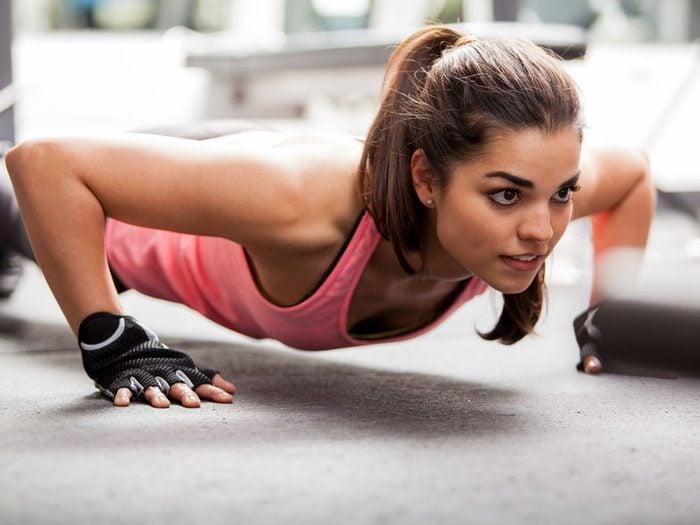 Faire des pompes permet de tonifier les triceps