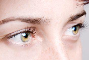 3. Yeux bouffis et poches sous les yeux