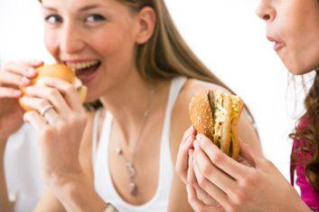 Mauvaise habitude: Prendre rapidement de trop gros repas
