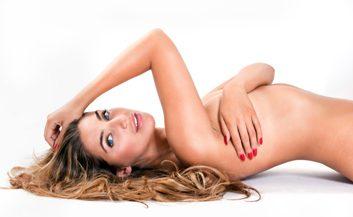Comment le yoga peut vous aider à être belle nue