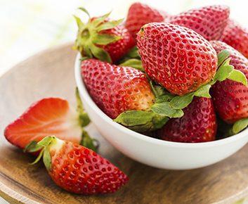 Un bol de fraises trois fois par semaine