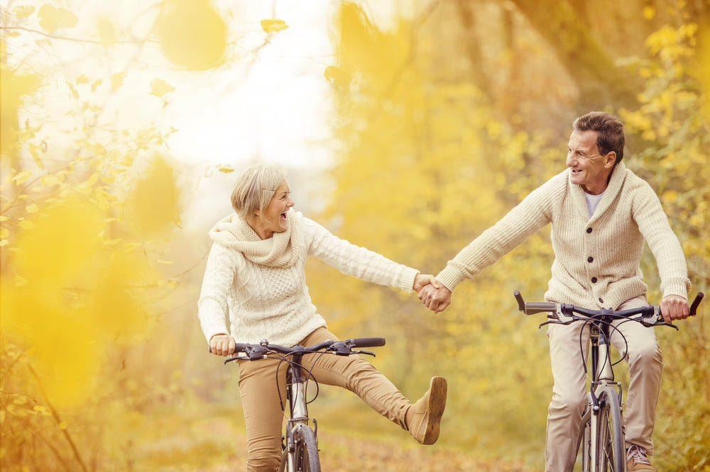 Évitez des douleurs aux hanches en pratiquant une activité comme le cyclisme.