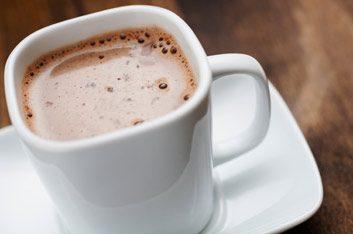 1. Une demi-tasse de chocolat chaud préparé avec du lait