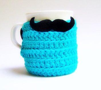 Couvre tasse à café en laine décoré d'une moustache
